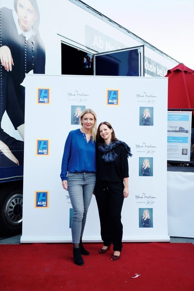 Der Vorher-Vergleich: Kristina kam in einer hellen Bluse und einem blauen Rock zum Fashiontruck.