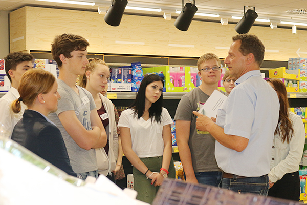 Wo finde ich welches Produkt? Beim gemeinsamen Rundgang zeigt Filialleiter Ralf Kniest den Schülern den Aufbau der Filiale.