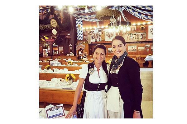 ALDI SÜD Mitarbeiterin Petra Steger arbeitet auf dem Oktoberfest.