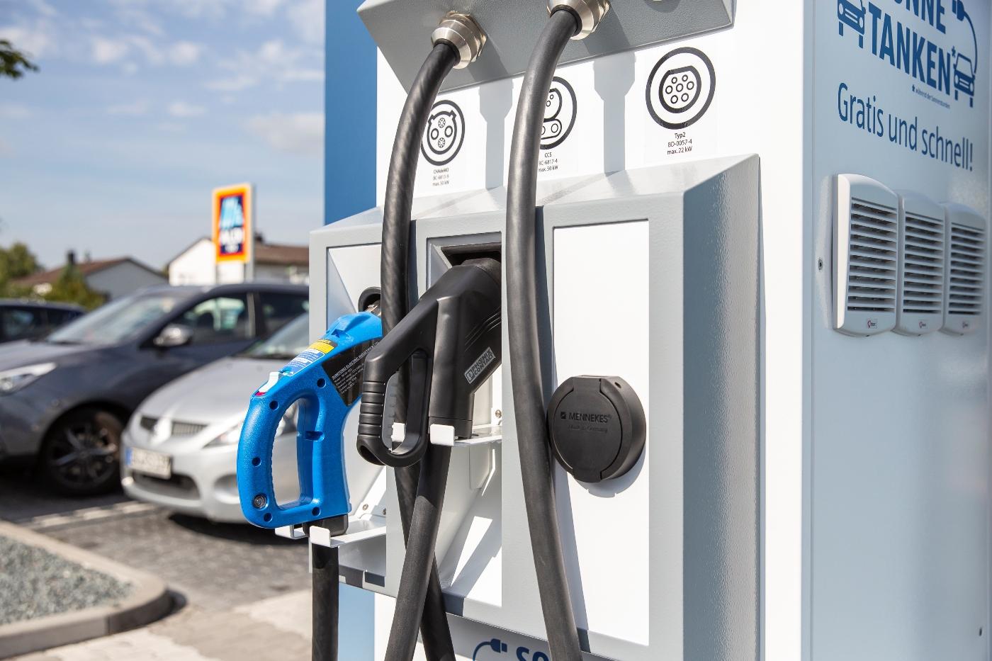 Bei ALDI SÜD können Kunden kostenlos Strom tanken.