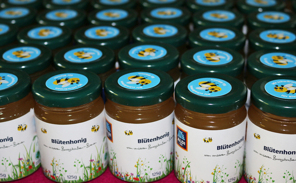 ALDI SÜD spendet den Erlös aus dem Honig-Verkauf.
