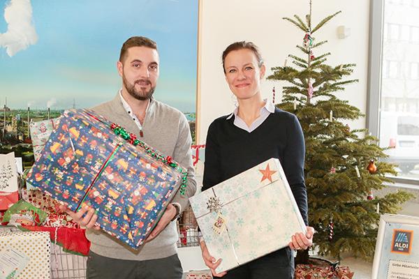 ALDI SÜD überreicht der Mülheimer Tafel Geschenke zu Weihnachten.