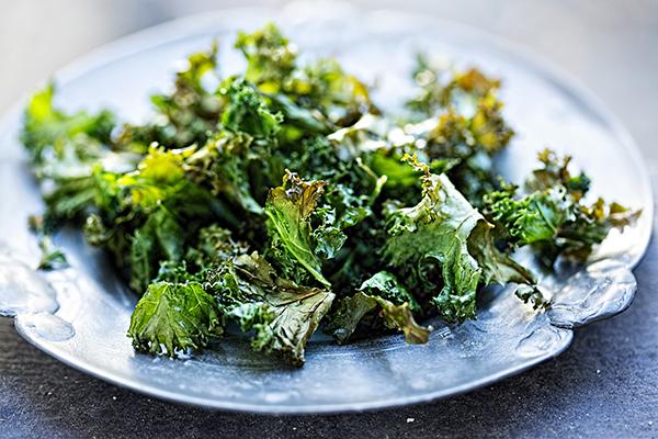 Grünkohl mal anders: Leichte Gemüsechips mit Salz
