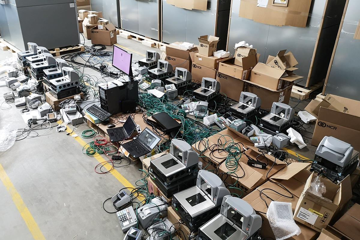 Ansicht von einem Dutzend mobiler Kassensysteme im Testlauf.