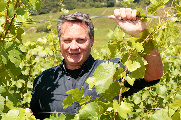 Johannes Leitz in seinem Weinberg