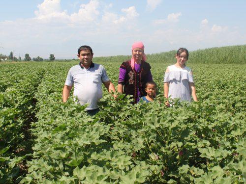 Aytinbetova Chinara lebt auf einem kleinen Bauernhof in Kirgisistan. Gemeinsam mit ihrer Familie baut Kleinbäuerin Aytinbetova Chinara Fairtrade-Baumwolle an.