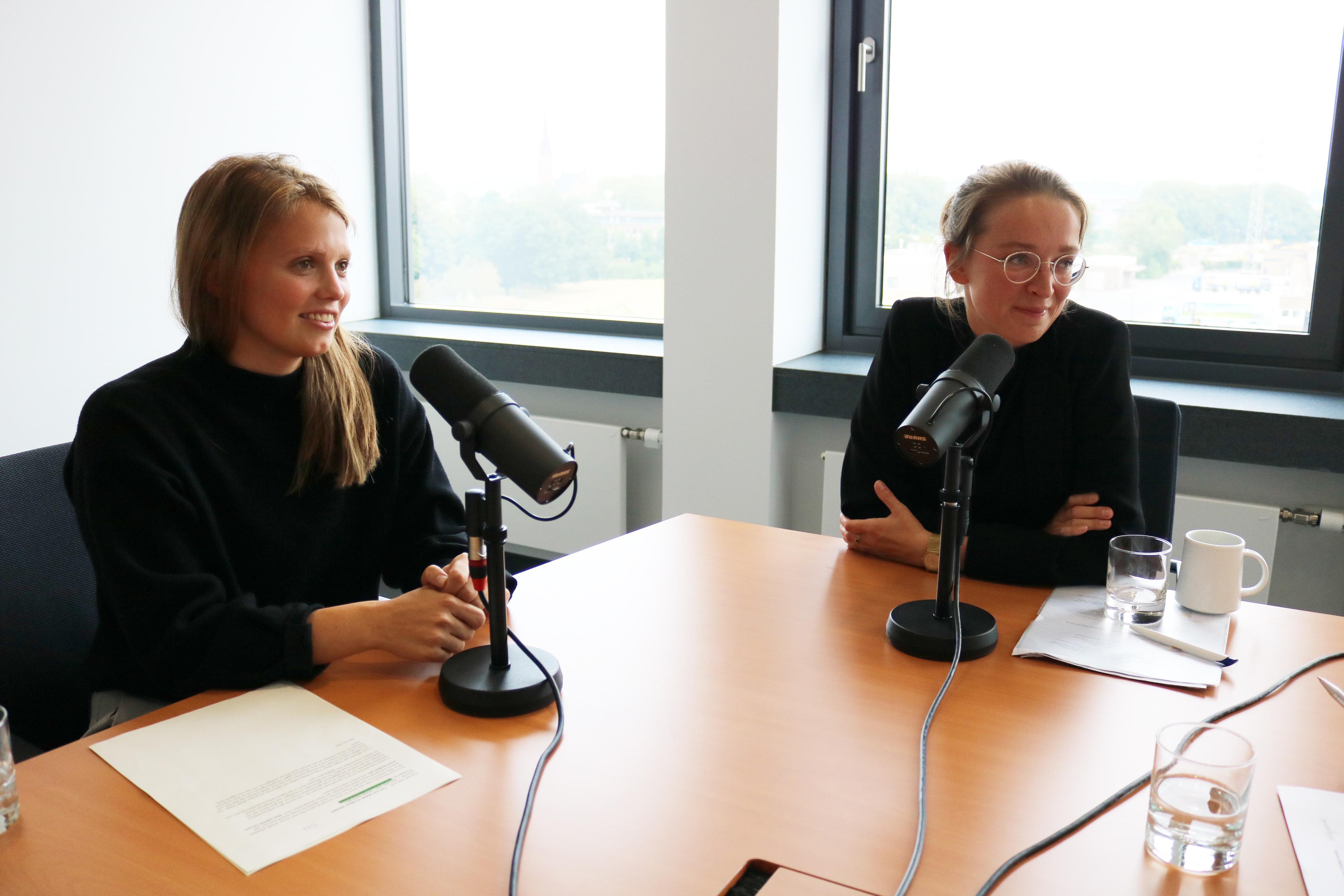 Lena und Tina beim Podcast.