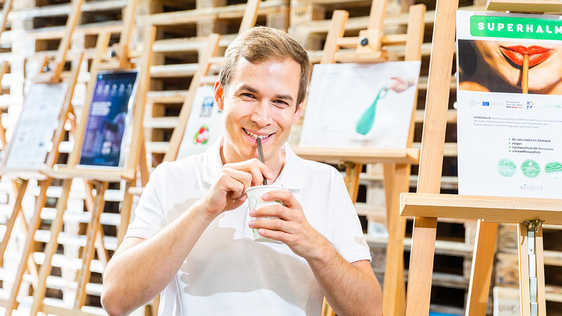 Das erste Produkt aus unserer Startup-Kooperation: Ein essbarer Trinkhalm aus Apfelfasern