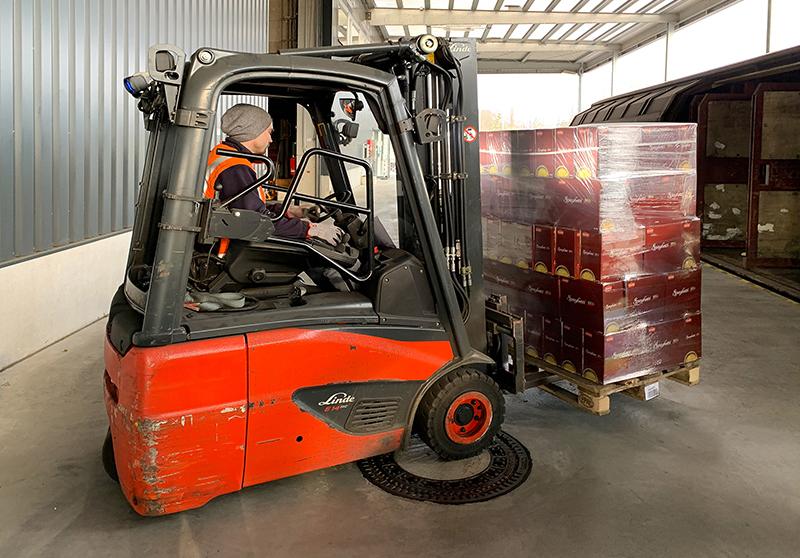 Die Corona-Krise stellt ALDI sowie die Produzenten und Lieferanten vor eine logistische Herausforderung. Um den Nachschub weiter sicherzustellen, sind manchmal auch kreative Lösungen gefragt. Deshalb holen ALDI und der Logistikdienstleister DB Schenker nun gemeinsam Pasta aus Italien in Sonderzügen nach Deutschland. In einer ersten Lieferung kamen nun über 300 Paletten mit mehr als 400.000 Paketen Fusilli, Penne und Spaghetti in Deutschland an. Foto: DB Schenker