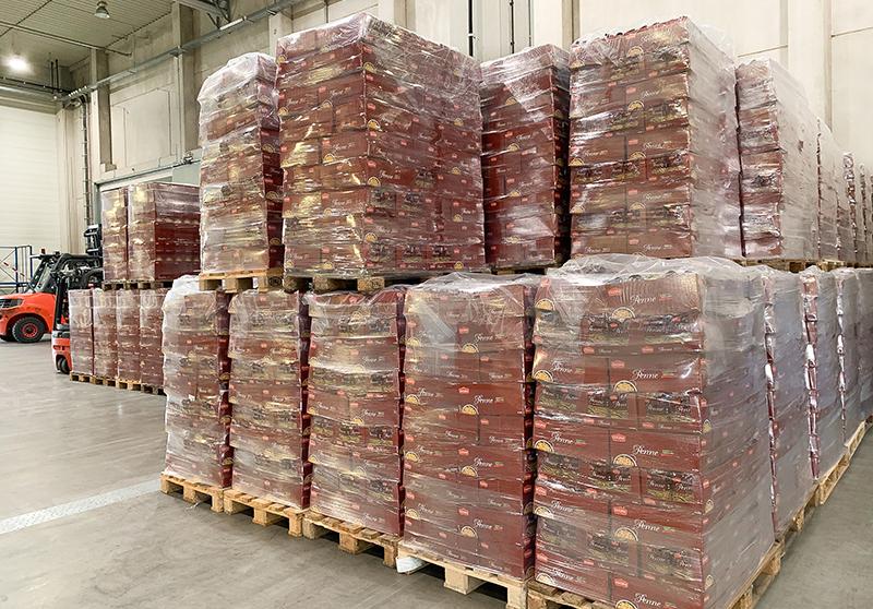 Die Corona-Krise stellt ALDI sowie die Produzenten und Lieferanten vor eine logistische Herausforderung. Um den Nachschub weiter sicherzustellen, sind manchmal auch kreative Lösungen gefragt. Deshalb holen ALDI und der Logistikdienstleister DB Schenker nun gemeinsam Pasta aus Italien in Sonderzügen nach Deutschland. In einer ersten Lieferung kamen nun über 300 Paletten mit mehr als 400.000 Paketen Fusilli, Penne und Spaghetti in Deutschland an.