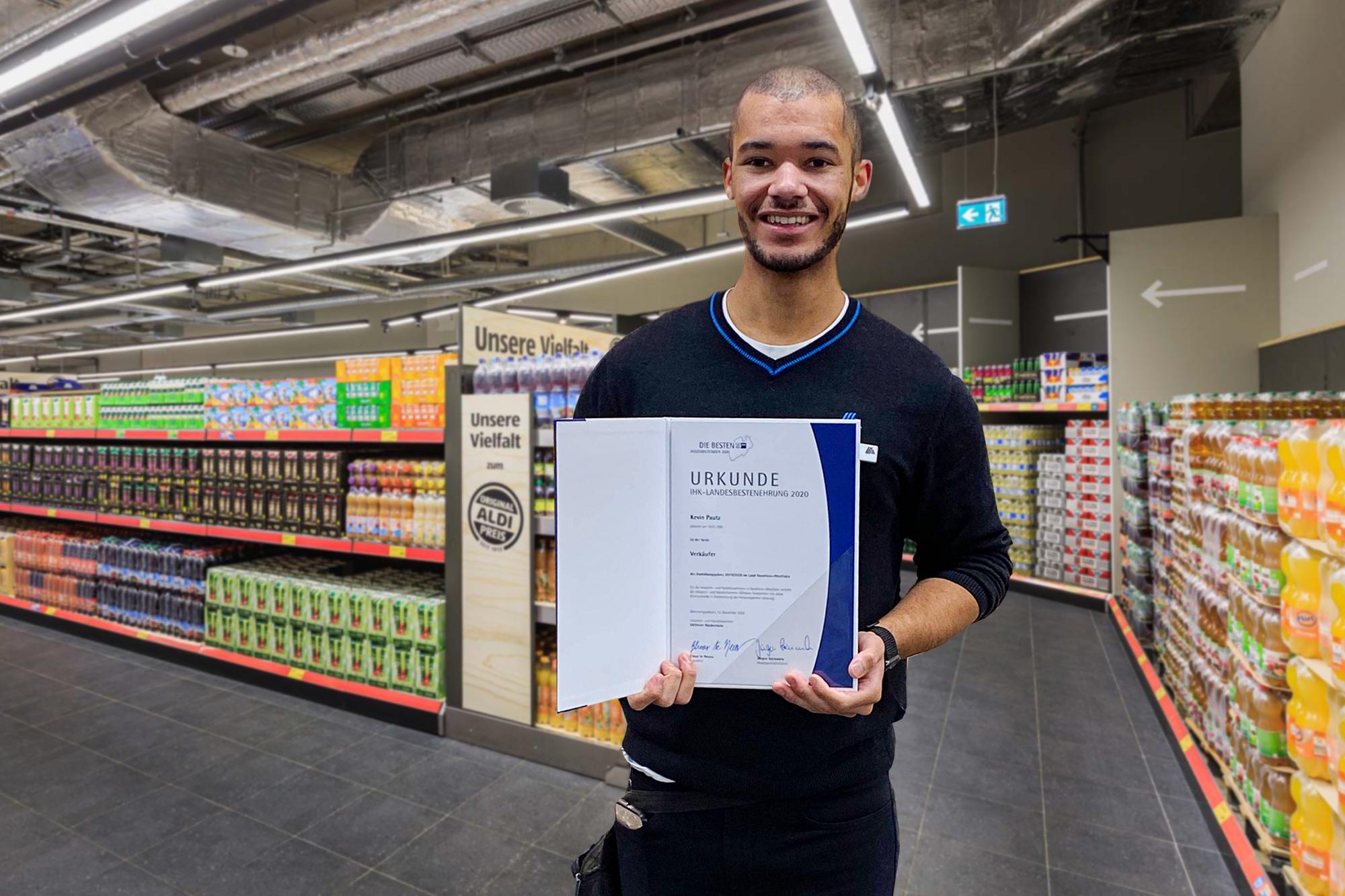 Kevin Pautz (25) von ALDI Langenfeld arbeitet in der Düsseldorfer City (F 67). In seiner Ausbildung zum Verkäufer legte er die beste Abschlussprüfung in NRW ab.